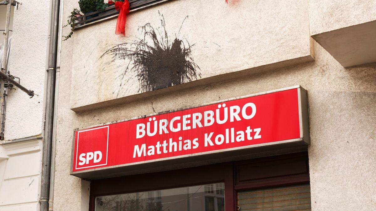 Nach einem Anschlag auf das Bürgerbüro des sozialdemokratischen Politikers Matthias Kollatz in Steglitz ist ein brauner Farbfleck an der Fassade des Gebäudes zu sehen. Die Scheibe wurde zerstört. Aufnahmedatum 13.01.2020