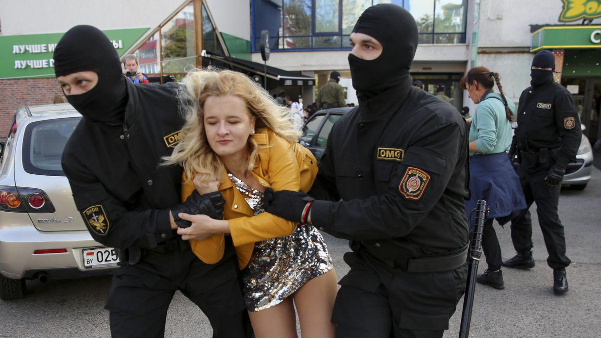 Polizeibeamte tragen eine Frau am Rande einer Demonstration gegen die Wahlergebnisse in Belarus weg. Trotz Gewaltandrohung durch die Polizei in Belarus (Weißrussland) haben sich Frauen in Minsk zu einem neuen Protestmarsch gegen Staatschef Lukaschenko versammelt.