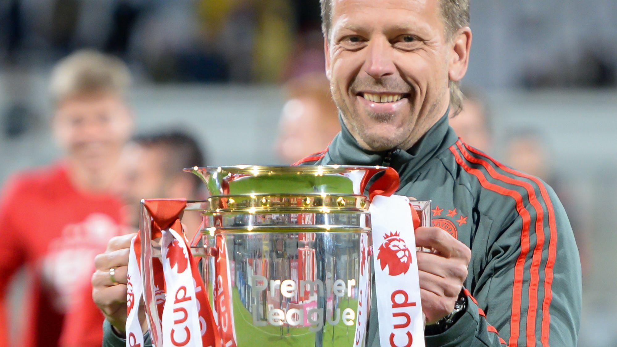 Holger Seitz, Trainer FC Bayern München II, mit dem Regionalliga-Meisterpokal