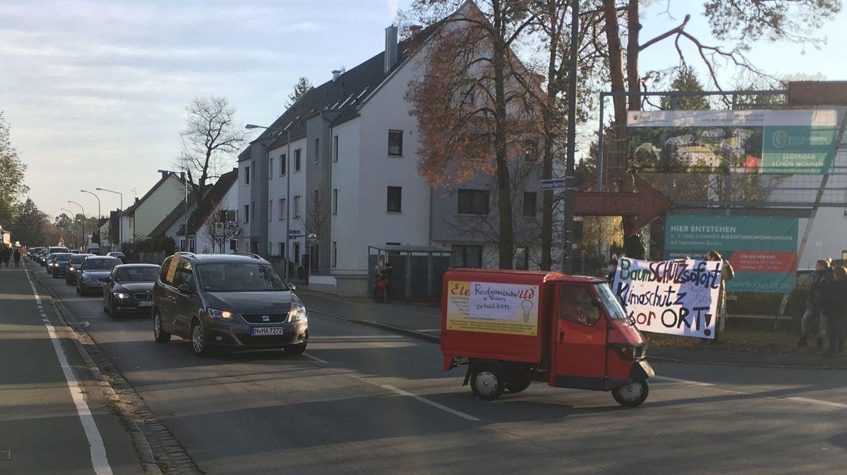 Eine Autoschlange in einer Wohnstraße am Reichelsdorfer Keller.