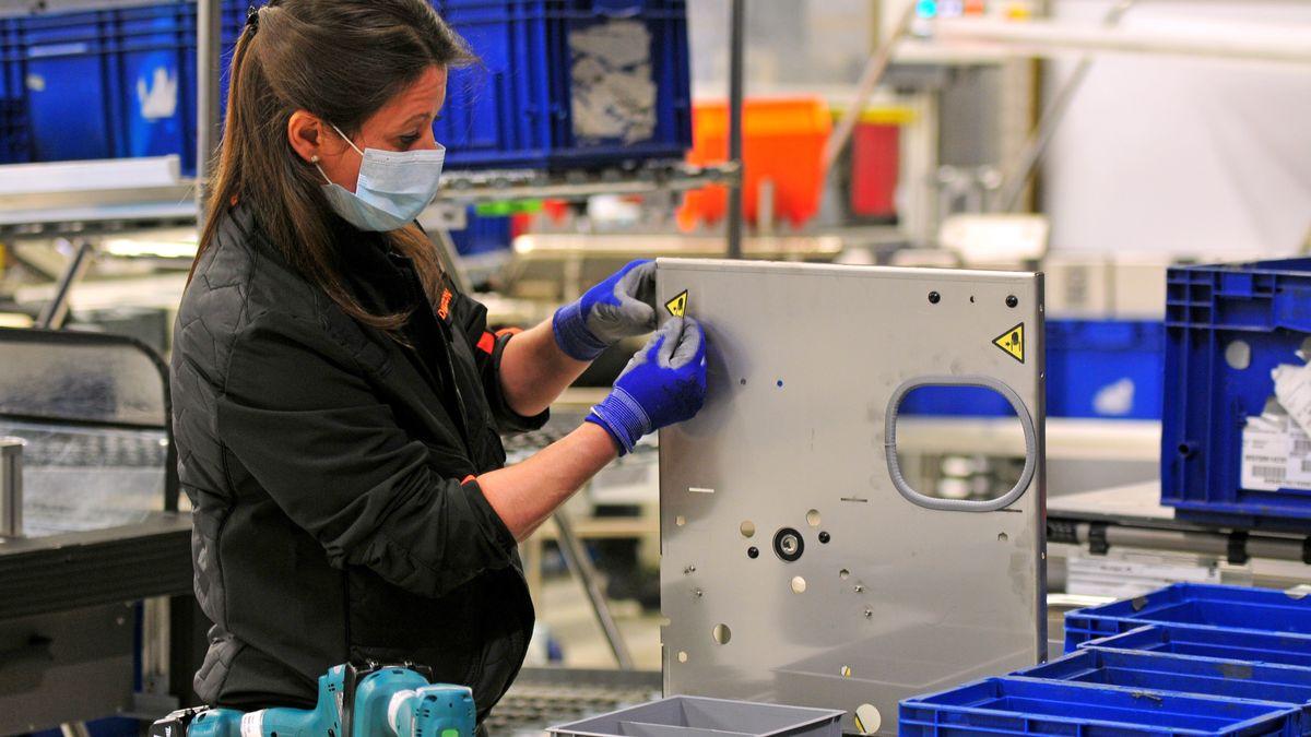 Eine Arbeiterin in einer spanischen Automobilfabrik