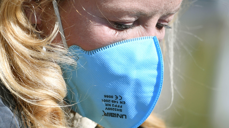 Eine Frau trägt eine Gesichtsmaske