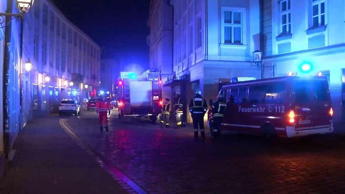 Einsatzkräfte bei dem Brand in der Ansbacher Altstadt