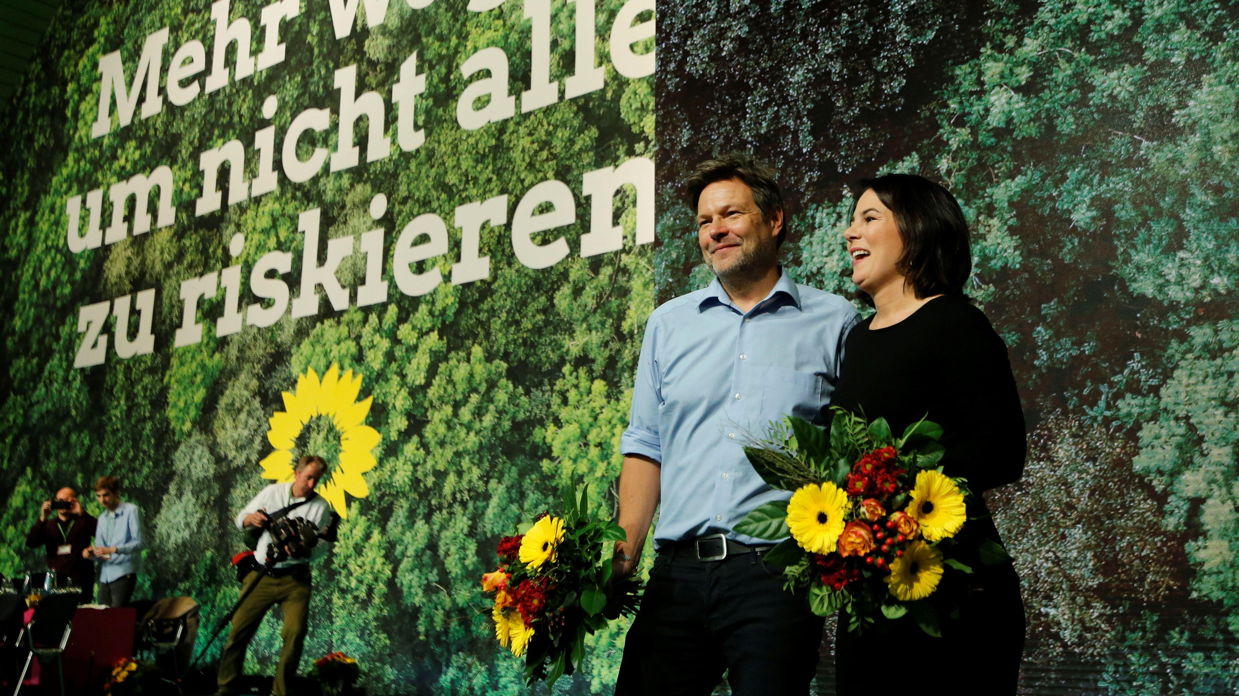 Die Parteivorsitzenden der Grünen, Annalena Baerbock (rechts) und Robert Habeck, beim Parteitag in Bielefeld