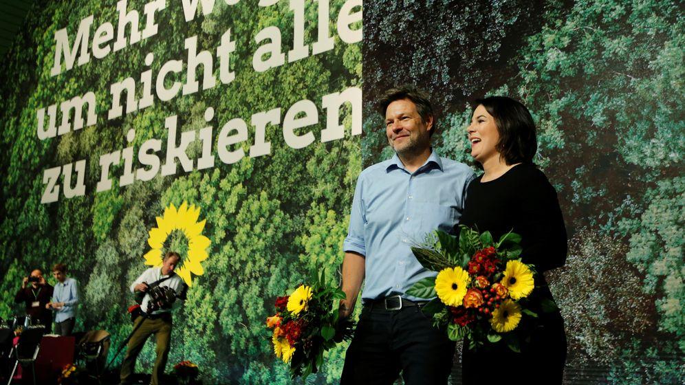 Die Parteivorsitzenden der Grünen, Baerbock (r.) und Habeck beim Parteitag in Bielefeld  | Bild:REUTERS/Leon Kuegeler