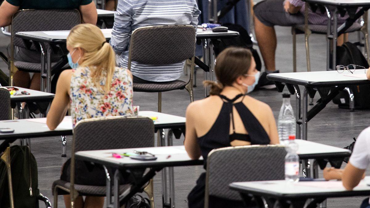 Studentinnen bei einer Abschlussprüfung