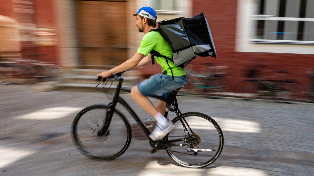 Benedikt liefert mit seinem Fahrrad Mensa-Essen in Regensburg aus.