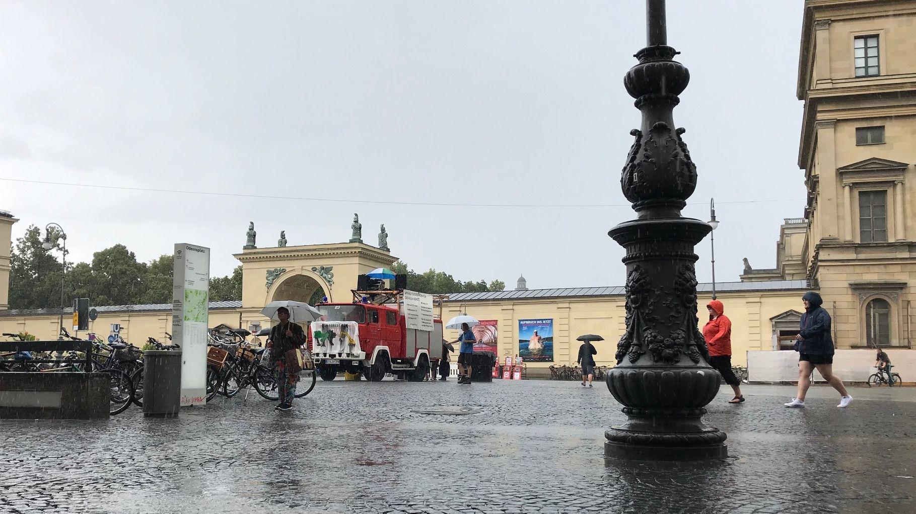 """Menschen stoßen bei Regenwetter zur Demonstration """"Munich for Future"""""""