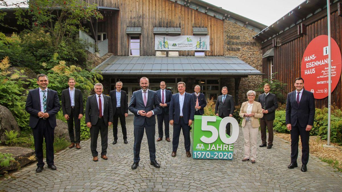 Die niederbayerischen Landräte mit CSU-Europapolitiker Manfred Weber vor dem Hans-Eisenmann-Haus im Nationalpark Bayerischer Wald