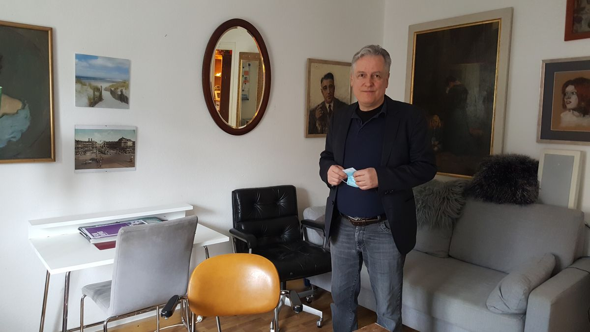 Thomas Kubisch in seinem Wohnzimmer. Er ist einer von rund 150 Anwohnern, die sich an der Musterfeststellungsklage beteiligen.