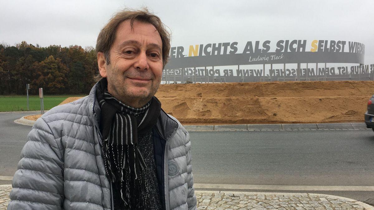 Harald Winter steht vor dem Kunstwerk im Kersbacher Kreisel.