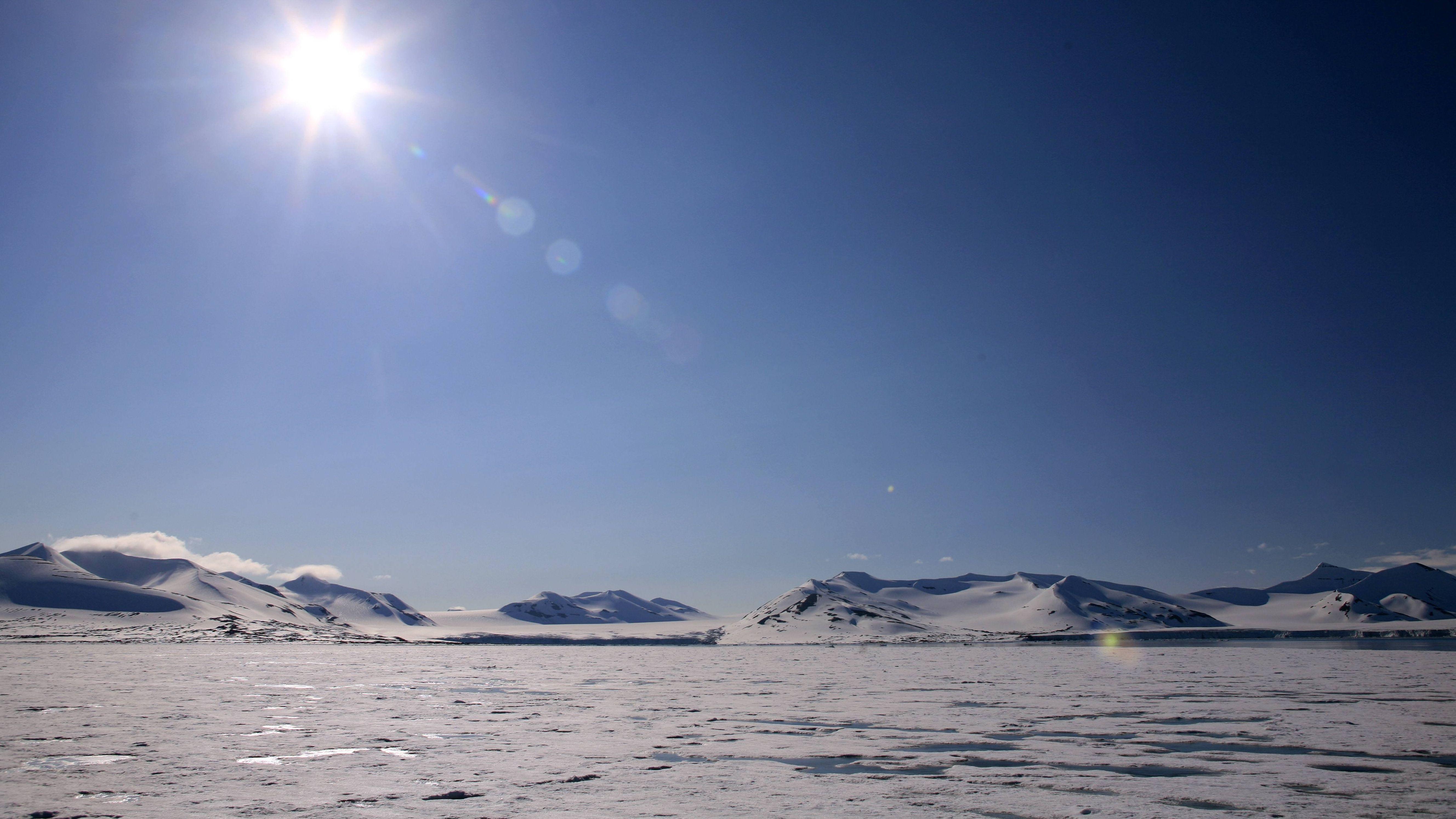 Die Sonne scheint über Spitzbergen.
