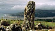 Ein Menhir oberhalb des walisischen Küstdendorfes Fairbourne | Bild:pa/dpa