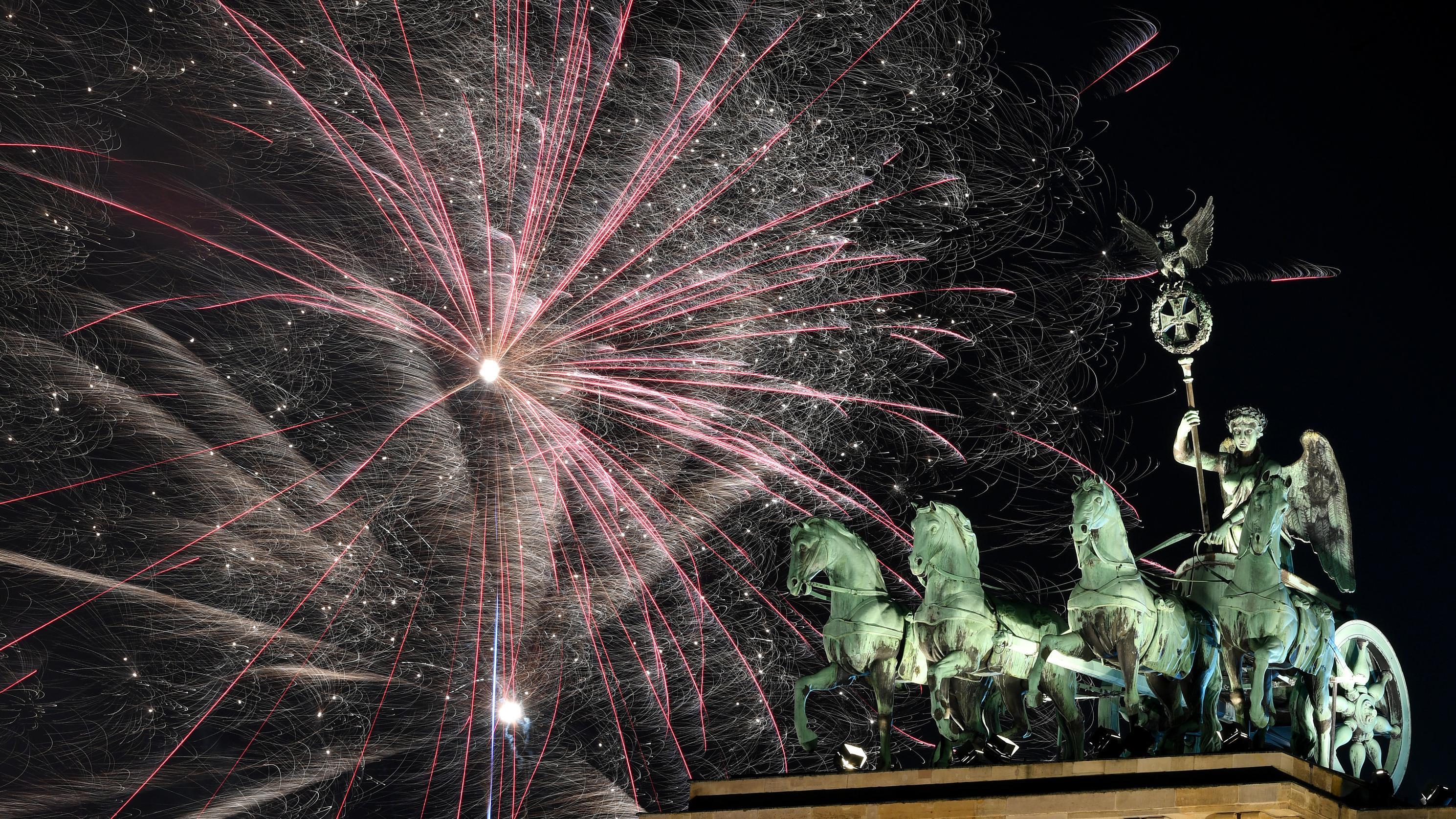 Feuerwerk über dem Brandenburger Tor in Berlin.