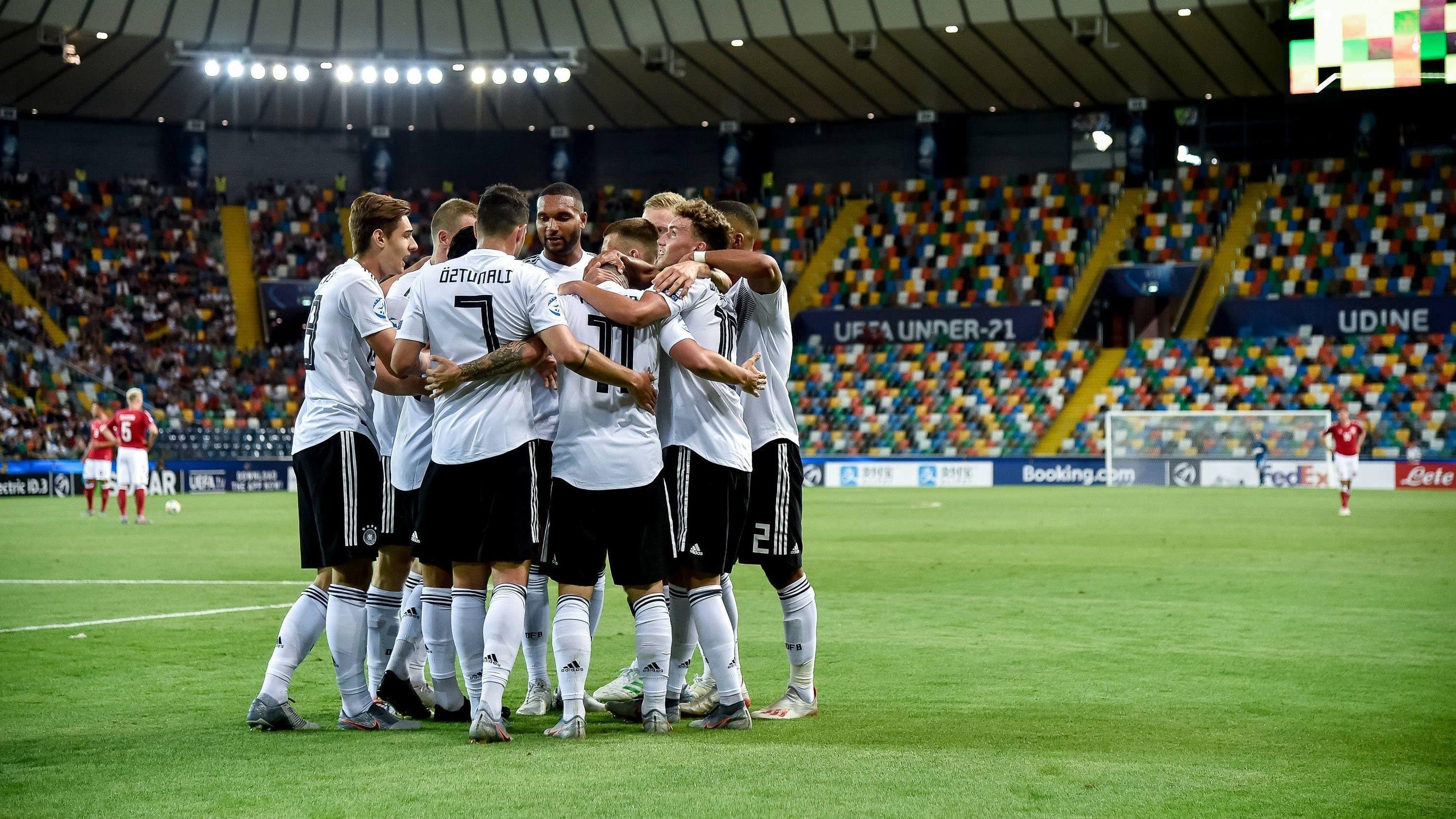 Deutsche U21-Nationalspieler feiern ein Tor gegen Dänemark
