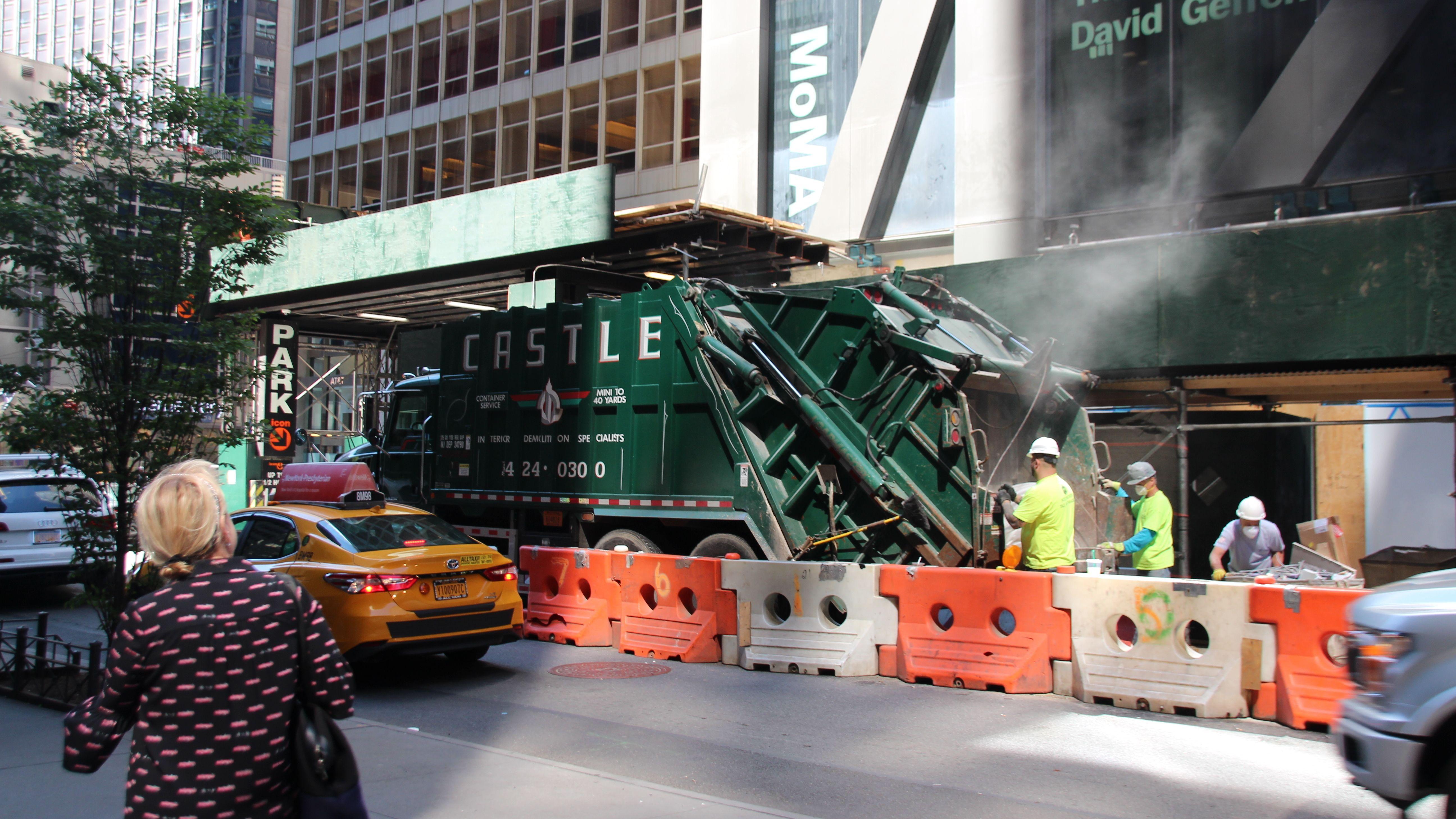 Ein Schutt-LKW und Bauarbeiter vor dem MoMA in New York