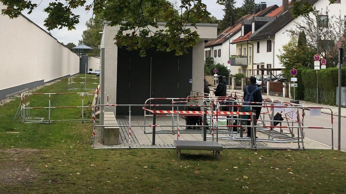 Medienvertreter sichern sich einen Platz in der Schlange vor Stadelheim.
