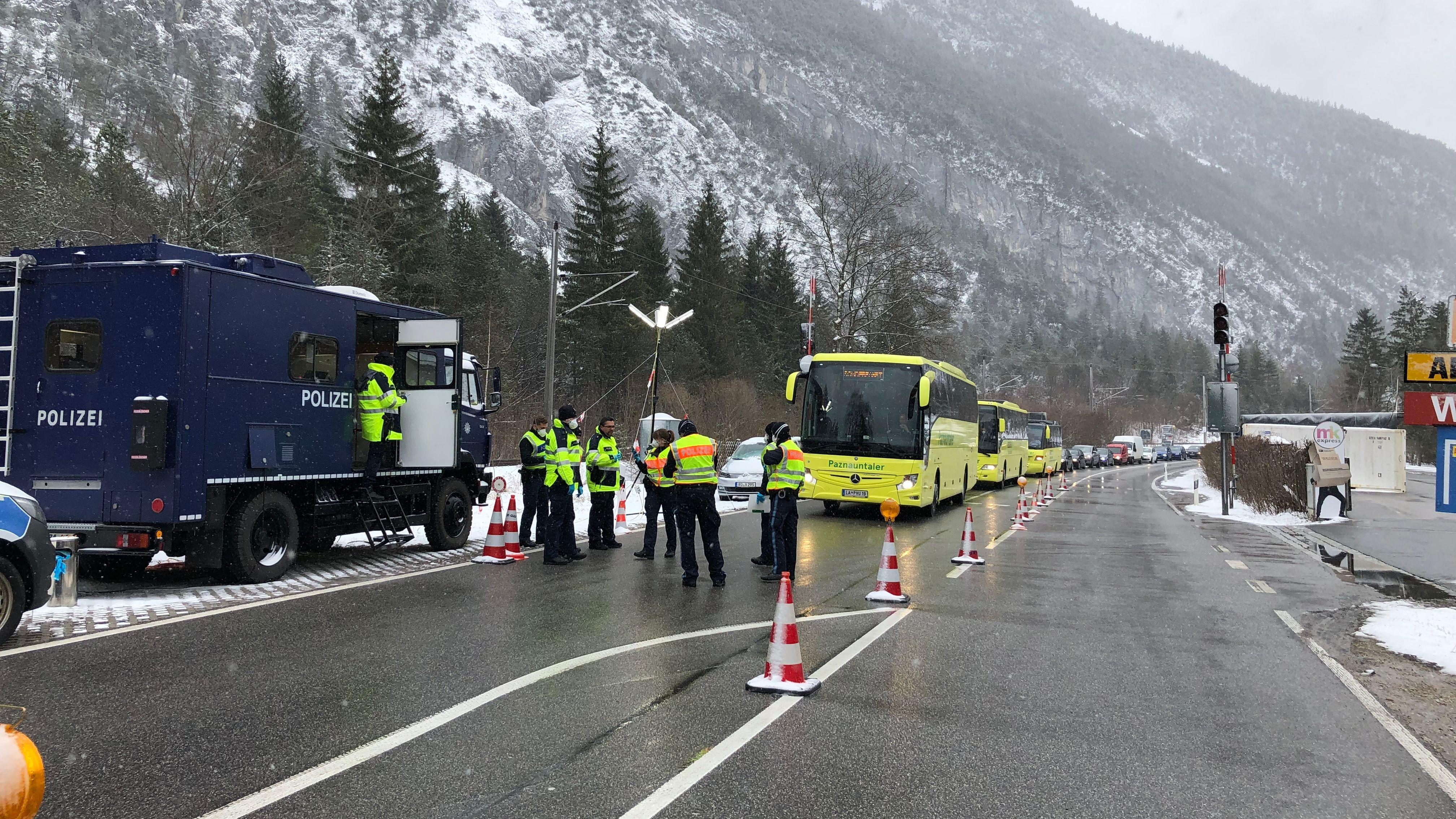 Kontrolle von Bussen aus dem Paznauntal am Grenzübergang Mittenwald.