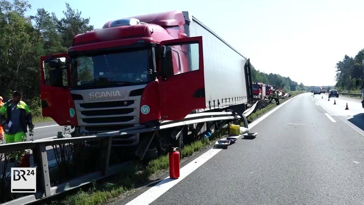 Eine niedergewalzte Mittelleitplanke, daneben ein Lastwagen, dahinter ein Polizeiauto.