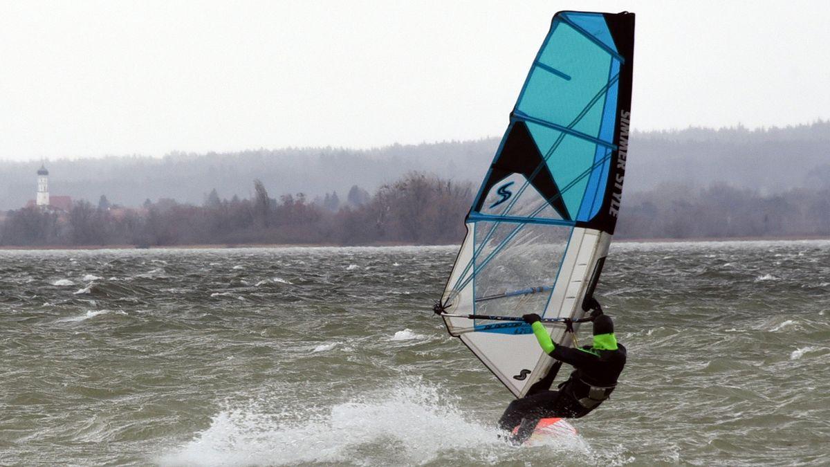 Ein Windsurfer bei Sturm Sabine auf dem Ammersee