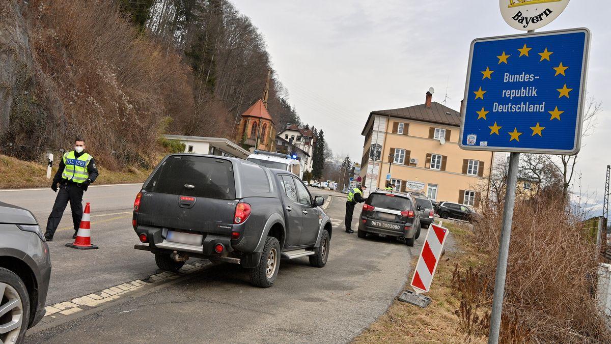 Beamte der deutschen Bundespolizei kontrollieren auf der Landstraße am Grenzpunkt zwischen Kufstein und Kiefersfelden