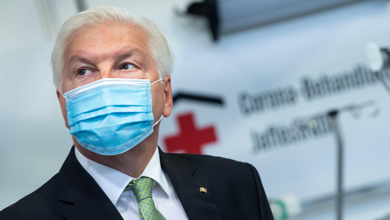 Bundespräsident Frank-Walter Steinmeier trägt einen Mundschutz