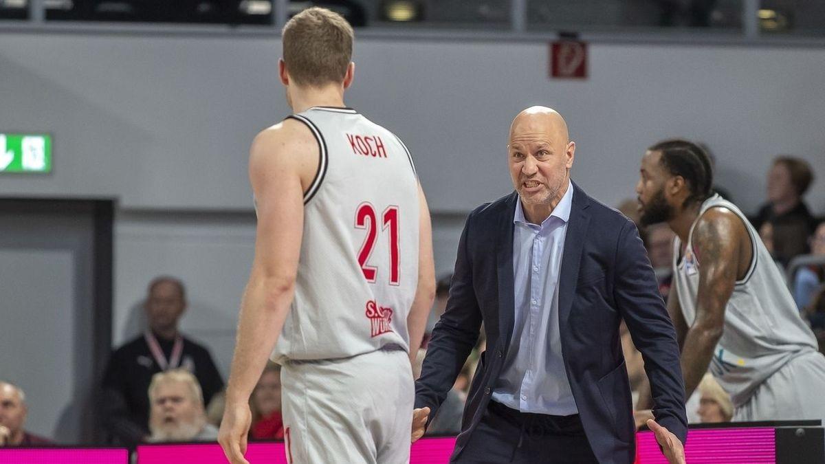 Würzburger Coach Denis Wucherer mit seinem Spieler Florian Koch