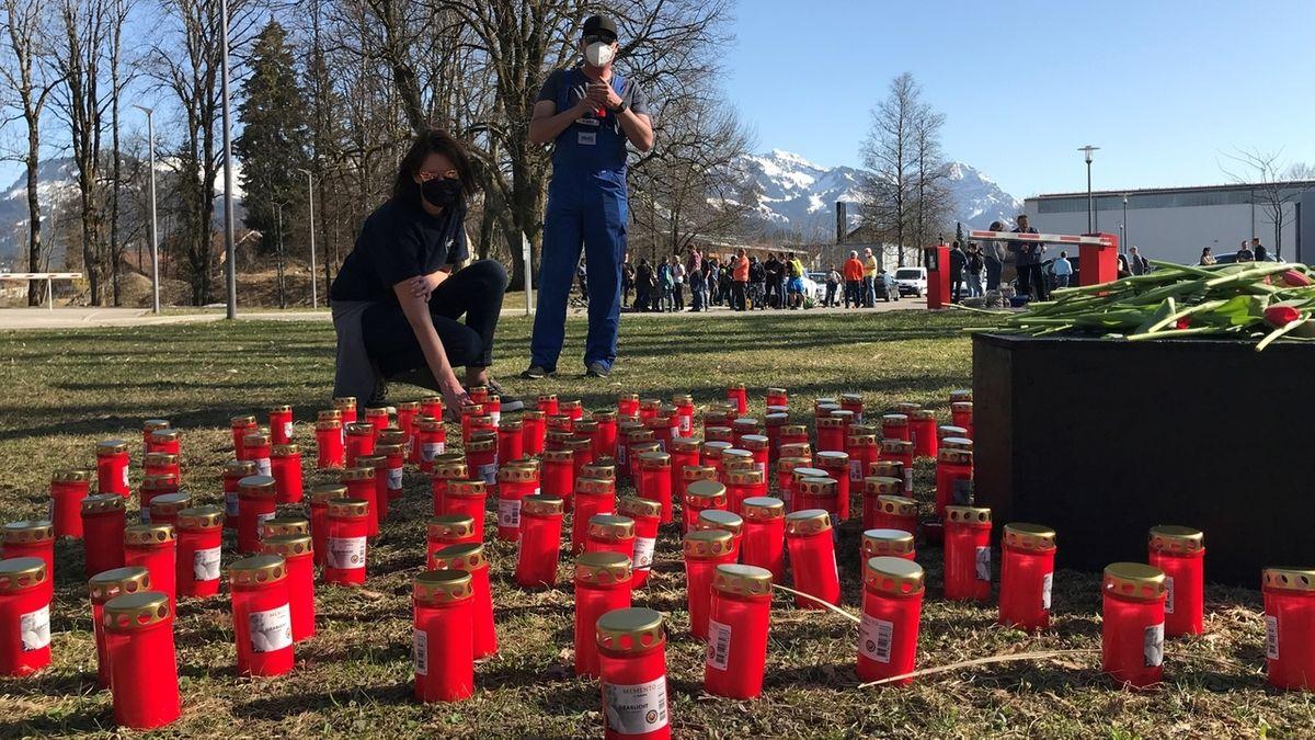 Mitarbeiter stellen Kerzen am Werk des Maschinenbauers Voith in Sonthofen auf