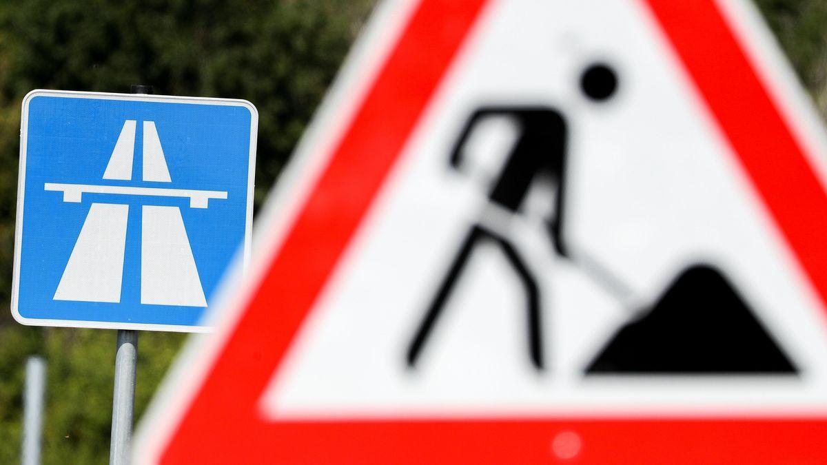 Ein Baustellenverkehrsschild von einem Autobahnverkehrsschild (Symbolbild)