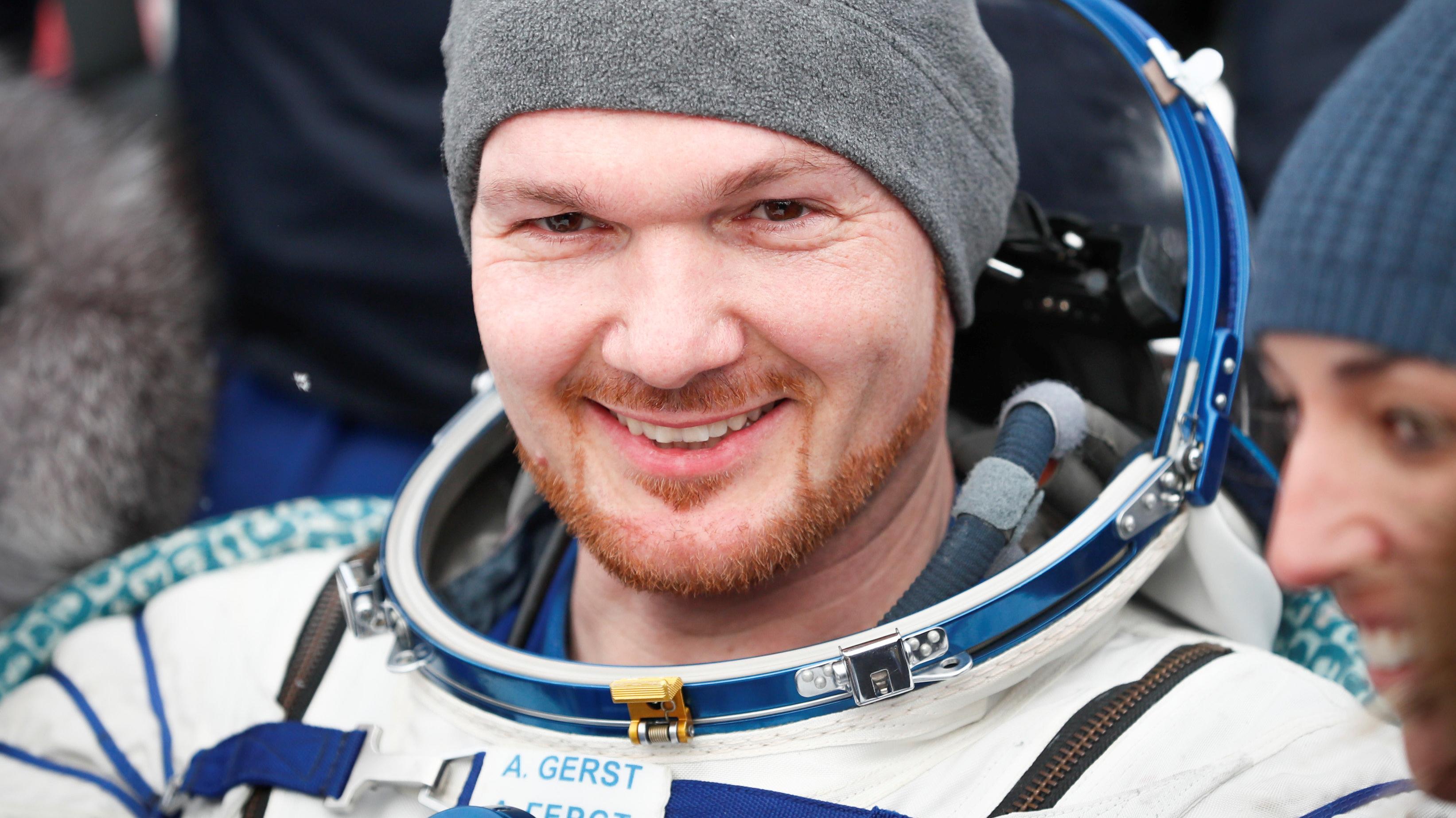 Alexander Gerst nach seiner Landung in der kasachische Steppe: Nach über einem halben Jahr auf der Internationalen Raumstation lächelt der Astronaut  in die Kameras