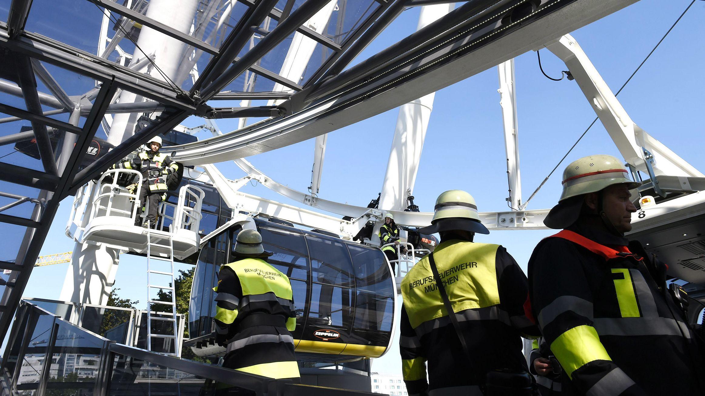 München: Feuerwehrleute arbeiten an einem Riesenrad im Osten der Stadt