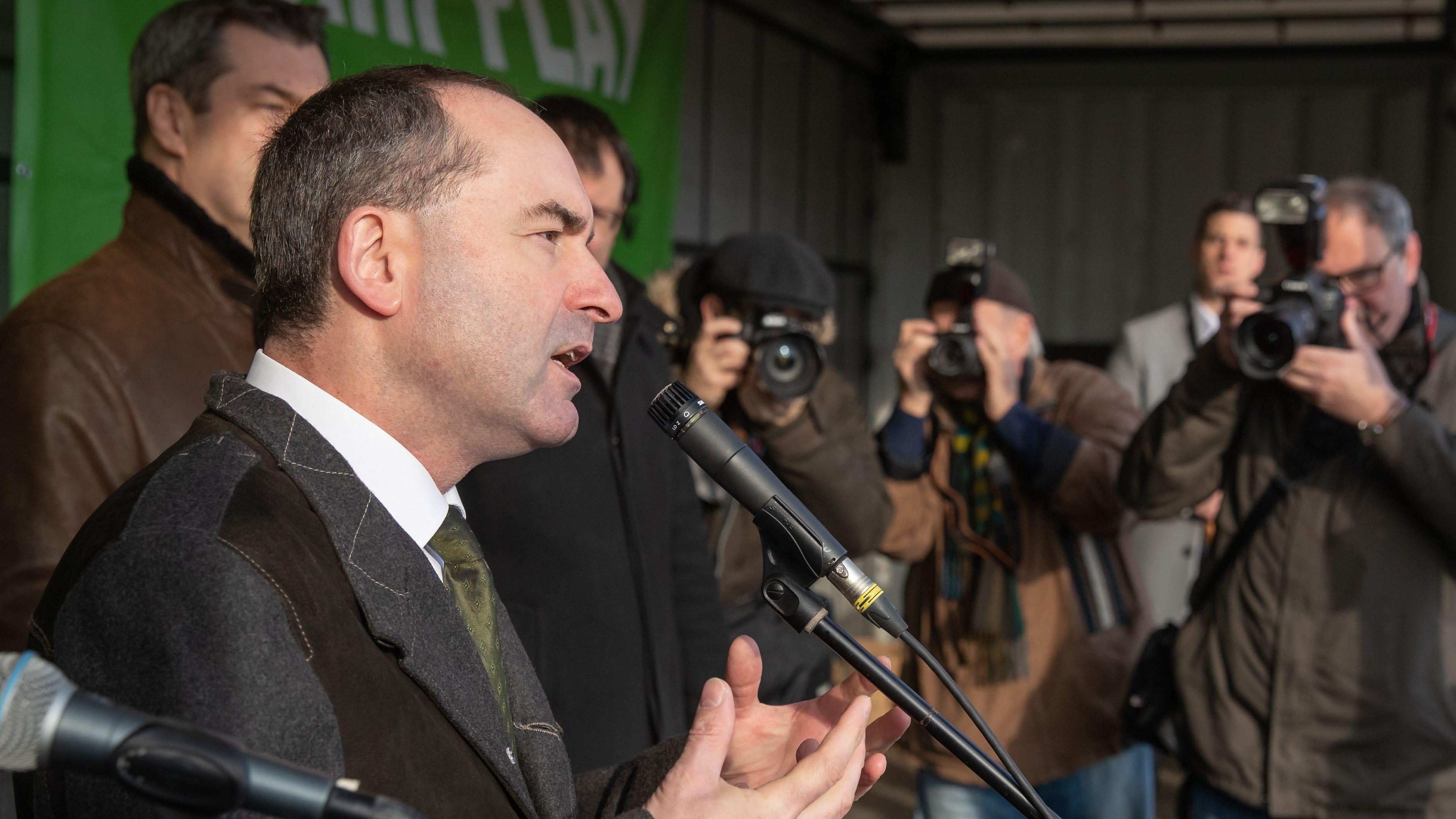 Hubert Aiwanger (Freie Wähler), Wirtschaftsminister von Bayern, spricht auf einer Großdemonstration.