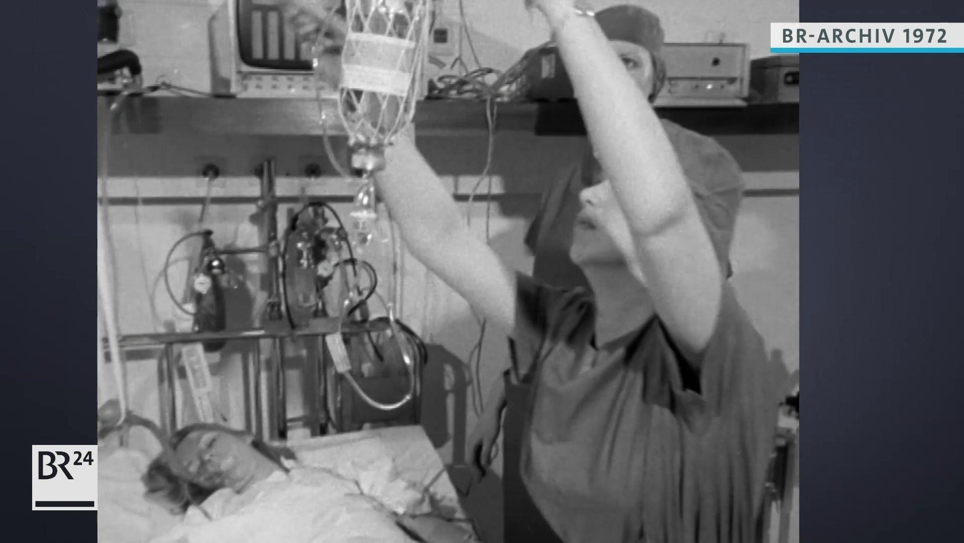 Krankenschwester beim Aufhängen einer Infusion