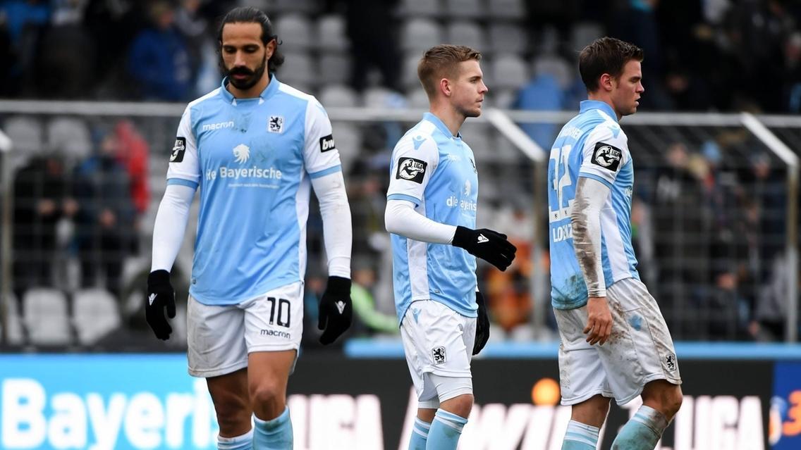 Enttäuschte Spieler des TSV 1860 München nach dem Spiel gegen Jena