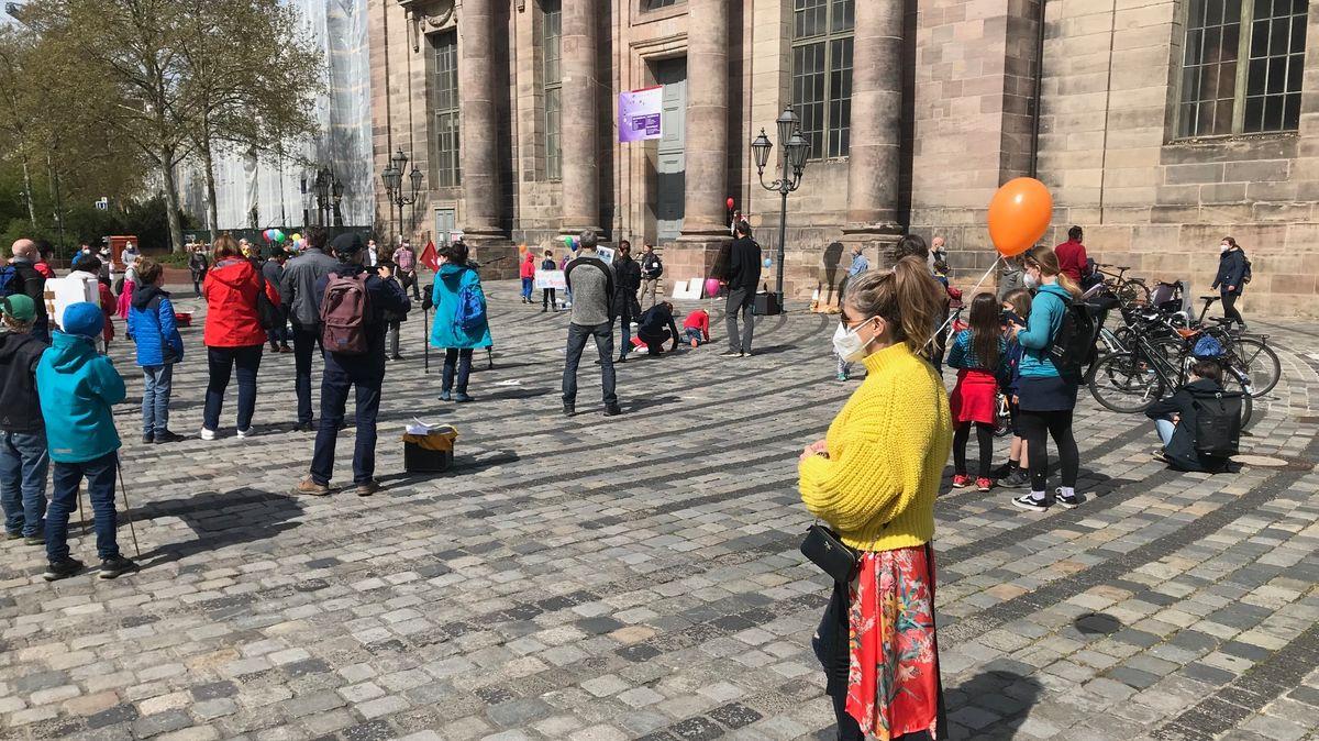 """Kundgebung der """"Initiative Familie """" für mehr Kinderrechte in Pandemie-Zeiten in Nürnberg."""