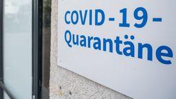 Symbolbild: Eingang zu einem Quarantäne-Unterkunftsgebäude in Berlin | Bild:picture alliance/dpa | Christophe Gateau