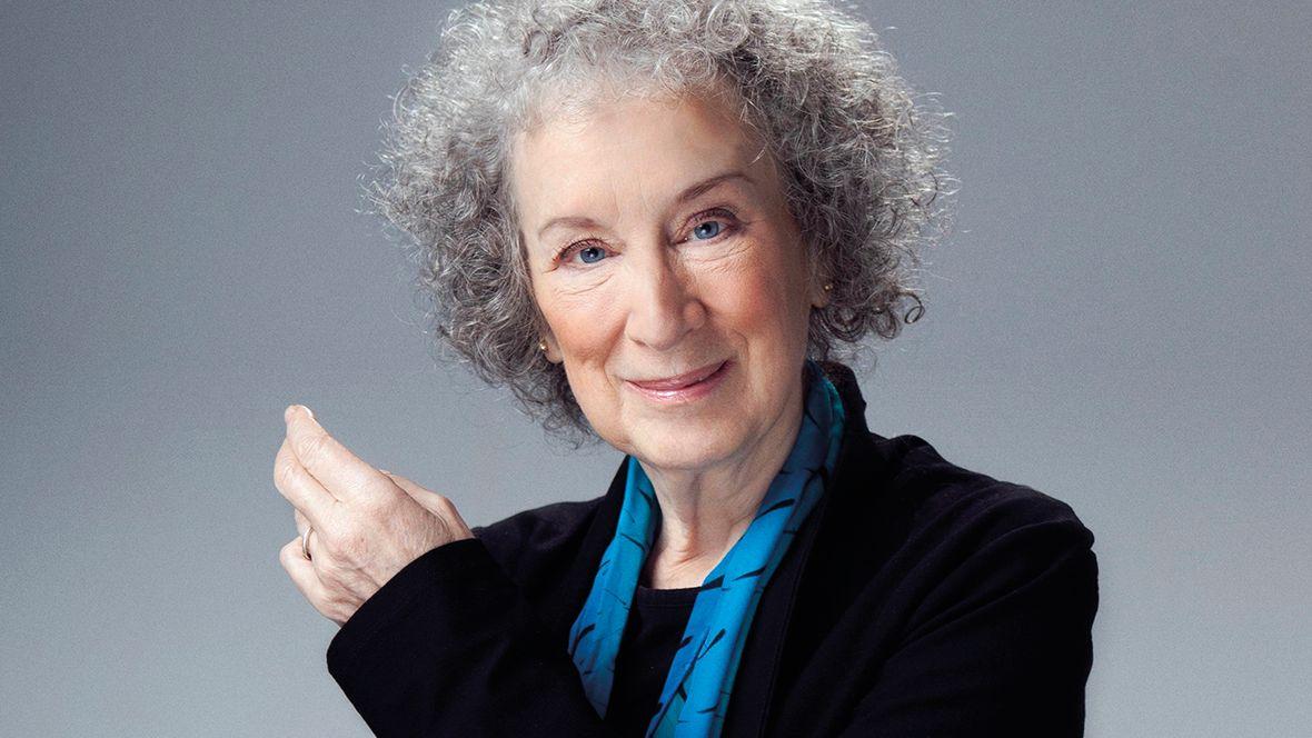 Graue Locken, schwarzer Samt-Blazer: Ein Porträt der kanadischen Autorin Margaret Atwood