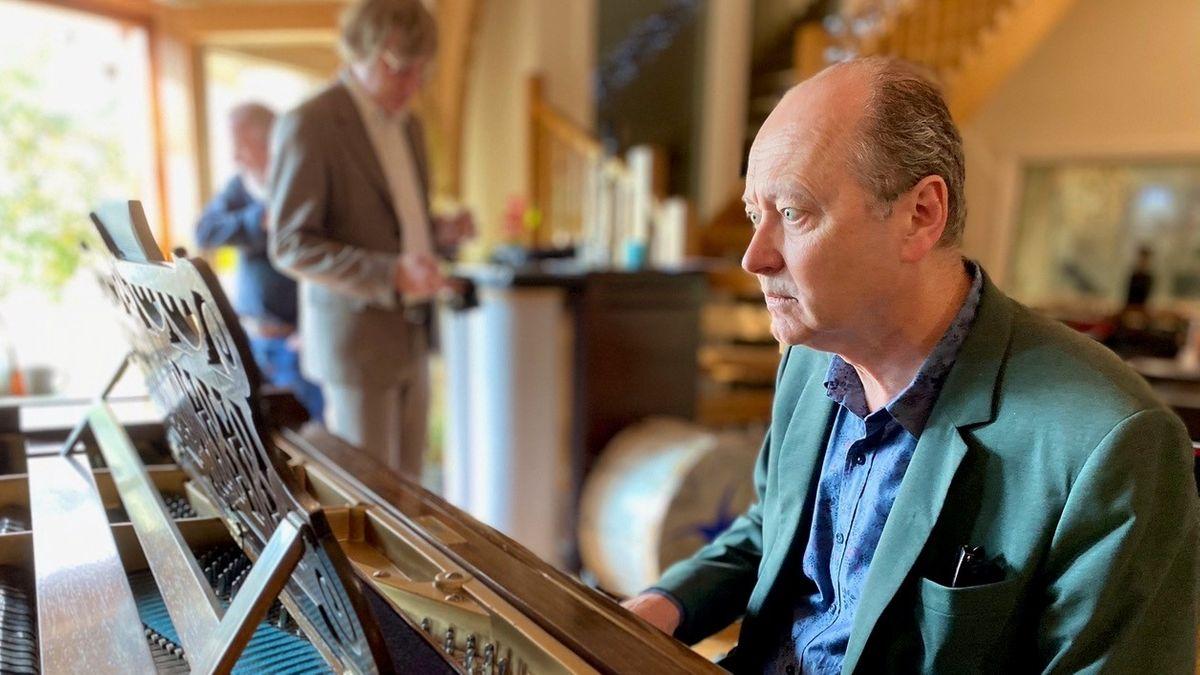Philippe Auclair alias Louis Philippe liest und spielt, am Flügel sitzend, die Noten vor ihm.