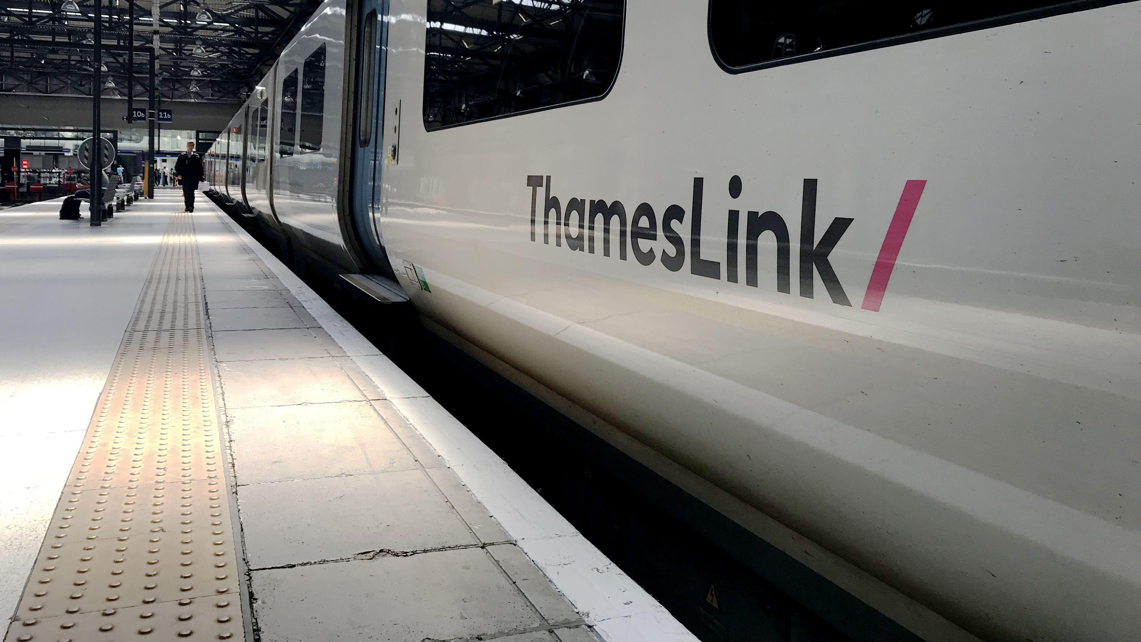 Zug der Eisenbahngesellschaft ThamesLink an Bahnhof Kings Cross in London