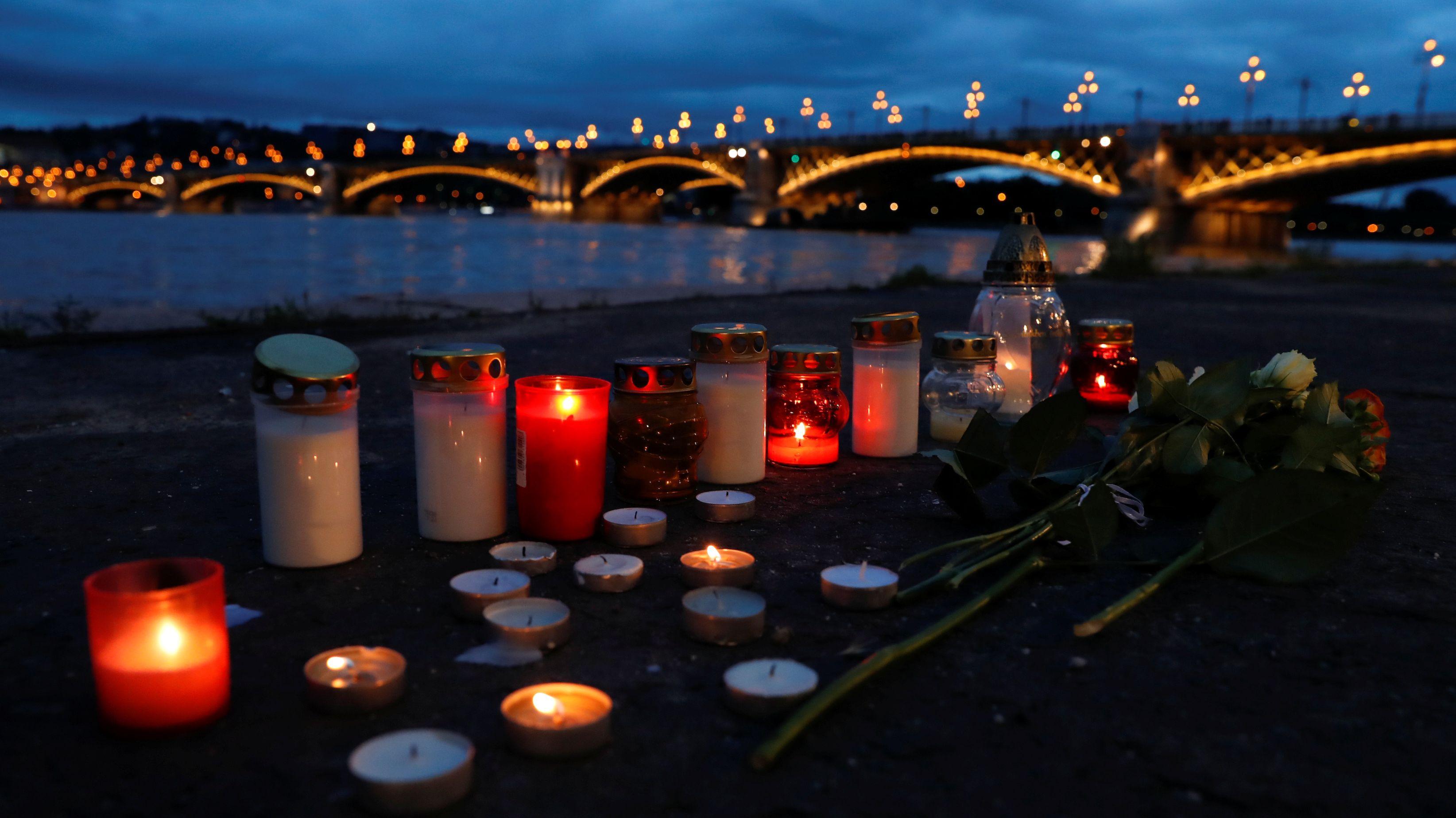 Kerzen am Ufer der Donau nach dem Schiffsunglück in Budapest