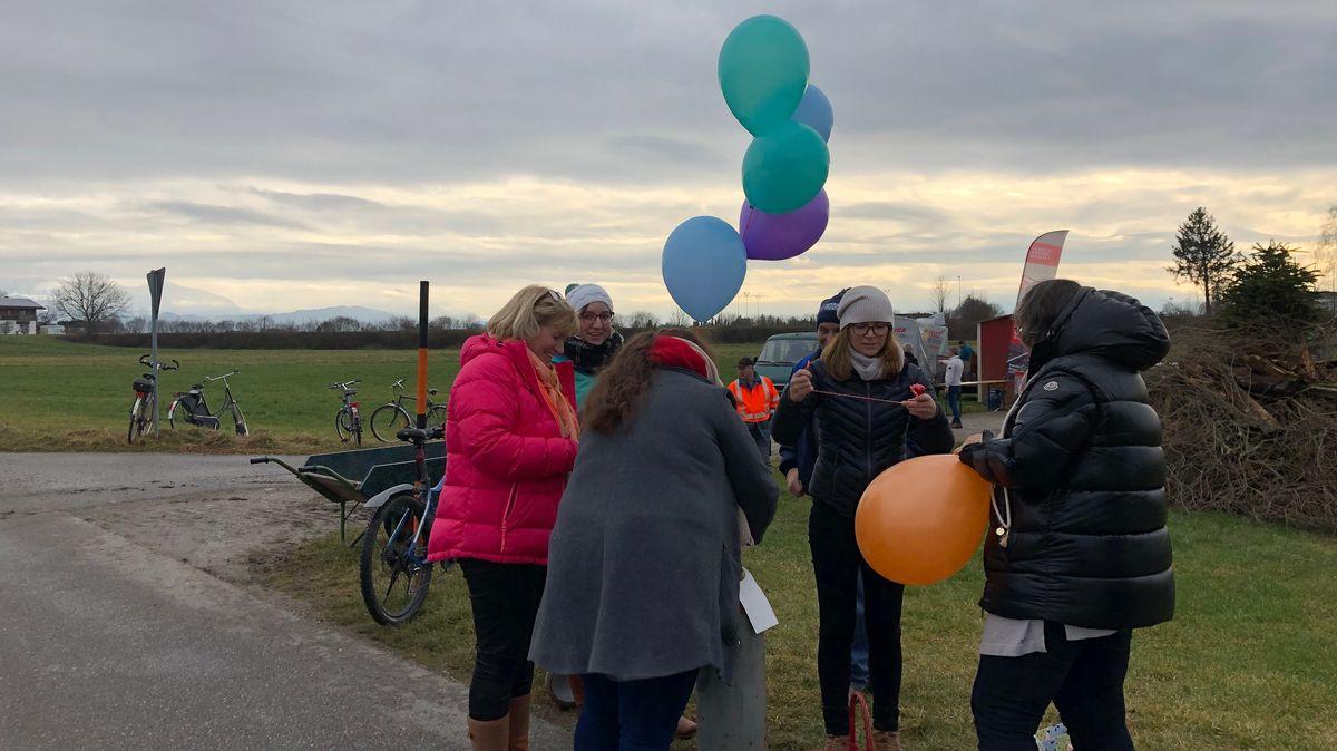 Bürgerinitiativen bereiten Luftballons für Ihre Demo gegen den Bau einer neuen Bahntrasse vor.