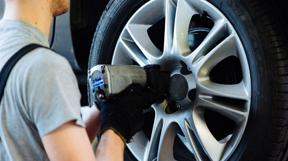 Reifenwechsel in einer Autowerkstatt