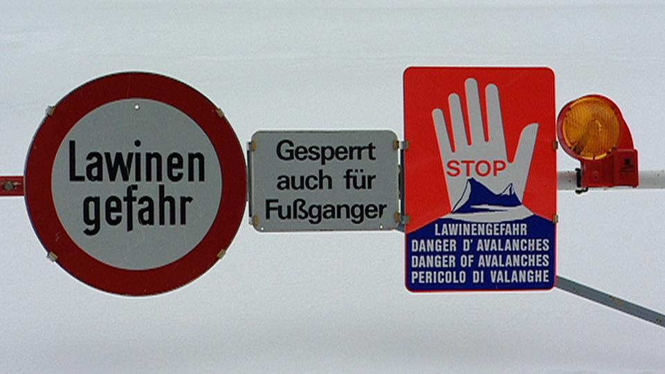 Warnschilder wegen Lawinengefahr