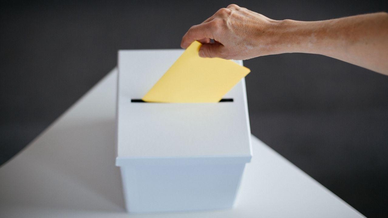 Wahlzettel mit Wahlurne - Symbolbild