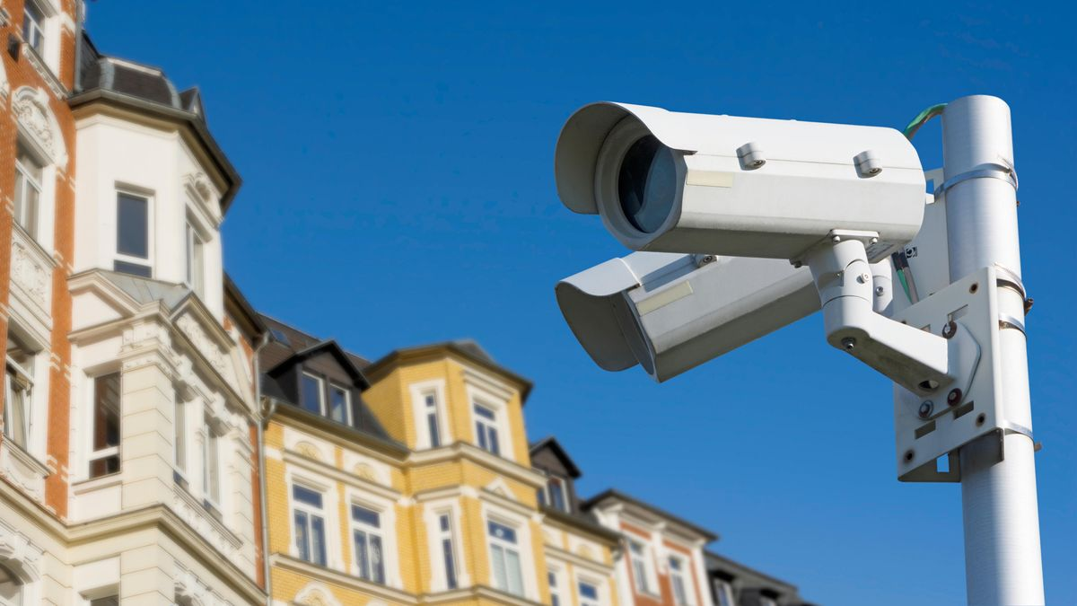 Zwei Kameras filmen das Geschehen in einer Stadt.