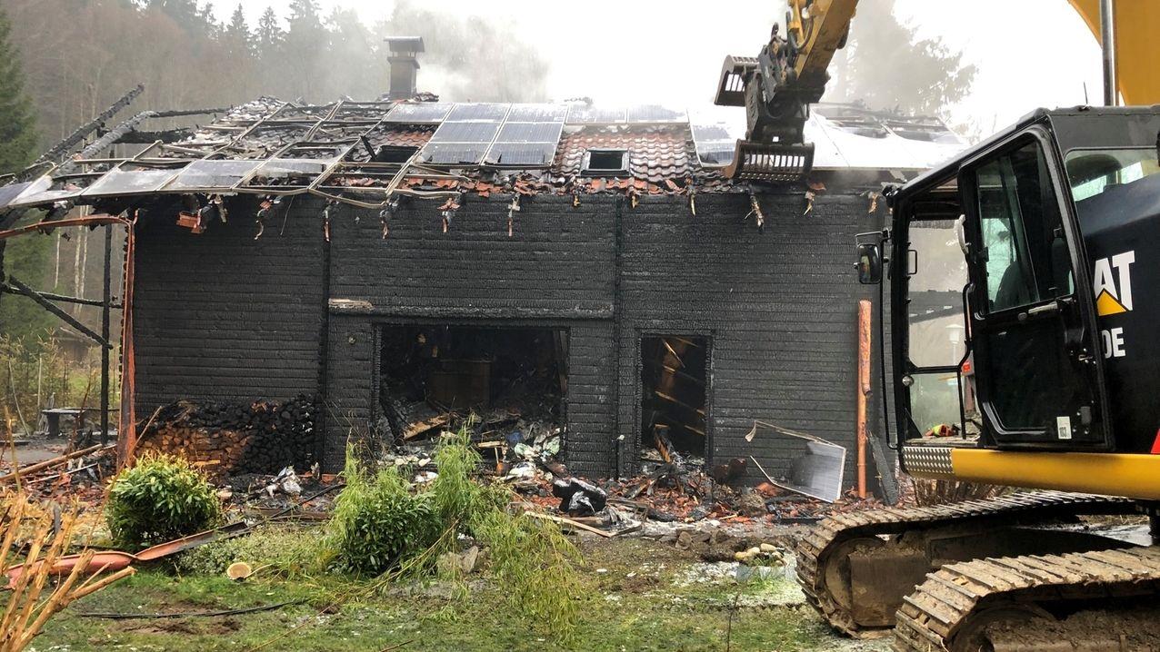 Bagger vor dem ausgebrannten Haus in Weitnau