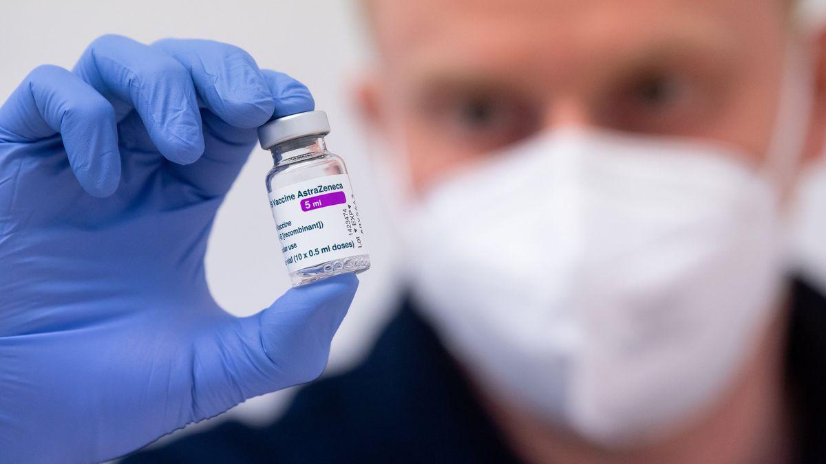 Ein Mann hält den Corona-Impfstoff von AstraZeneca in der Hand.
