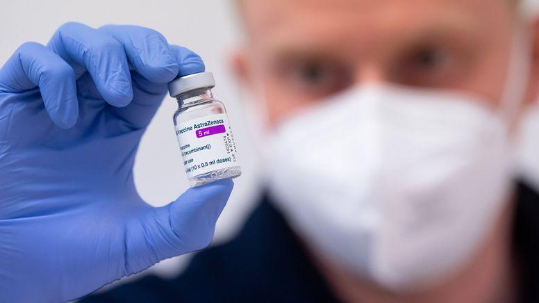 Ein Mann hält den Corona-Impfstoff von AstraZeneca in der Hand. | Bild:dpa-Bildfunk/Sven Hoppe