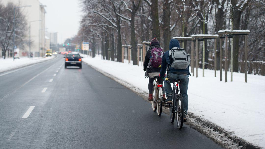Zwei Radfahrer benutzen die Fahrbahn