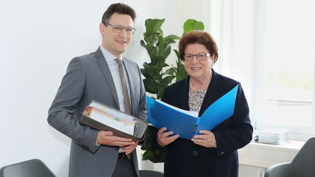 Thomas Paringer, Direktor Bayerisches Hauptstaatsarchiv, und die CSU-Politikerin Barbara Stamm